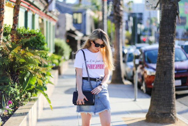 caroline louis pardonmyobsession blogger t-shirt bag jewels frayed denim skirt frayed denim mini skirt denim skirt blue skirt white t-shirt black bag shoulder bag sunglasses black sunglasses summer outfits