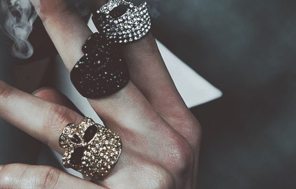 gold jewels ring rings silver jewelry skull diamonds shiny black diamond strass glitter jewel accesoires accessory accessories bijoux bagues crane tete de nort bones finger fingers hands skeleton gold ring skull ring
