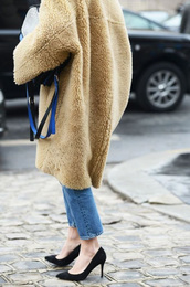 coat,camel fluffy coat,tumblr,streetstyle,fuzzy coat,fluffy,oversized,camel,camel coat,denim,jeans,blue jeans,pumps,pointed toe pumps,high heel pumps,shoes,black shoes,teddy bear coat,camel oversized coat