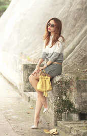 mellow mayo,blogger,sunglasses,shorts,grey,yellow bag,lemongrass,white heels,bucket bag,spring outfits,carvela