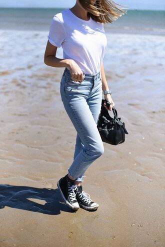 shoes converse tumblr sneakers black sneakers bag black bag denim jeans blue jeans t-shirt white t-shirt