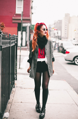 le happy blogger jacket t-shirt shoes bag sunglasses grey jacket black shorts booties printed blazer