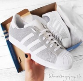 shoes,adidas superstars,adidas,superstar,sneakers,white,glitter