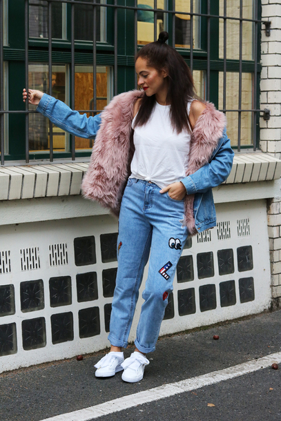 jeans white tank top faux fur jacket patch jeans white sneakers blogger