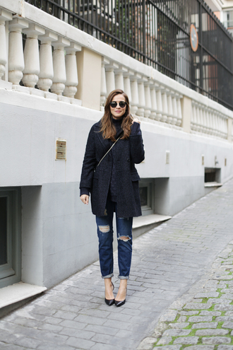 lady addict blogger sunglasses winter outfits charcoal grey coat ripped jeans
