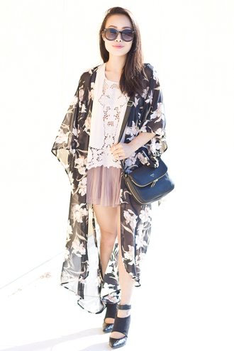 it's not her it's me blogger shorts pleated floral kimono summer outfits round sunglasses white top black shoes