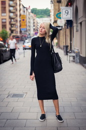 dress,black midi dress,black dress,midi dress,bodycon dress,slip on shoes,black shoes,flats,bag,black bag,necklace,long sleeve dress,long sleeves,all black everything,fall outfits,streetstyle,black knit dress,midi knit dress,knitwear,knitted dress,sweater dress
