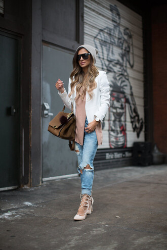 maria vizuete mia mia mine blogger sunglasses bag white blazer ripped jeans strappy sandals