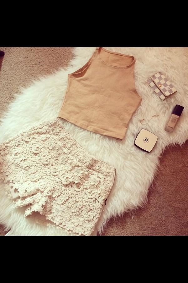 shorts cream shirt