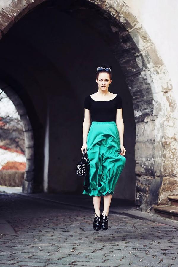 leona meliskova jacket t-shirt skirt bag shoes sunglasses
