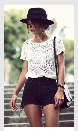 shirt whits t shirt black white hat black hat black shorts white shirt white t-shirt shorts