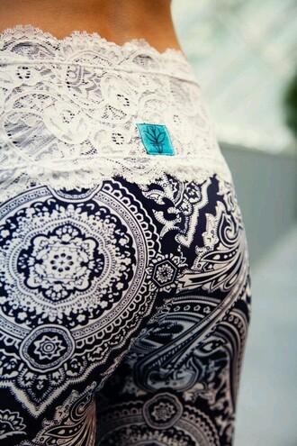 pants yoga pants sportswear leggings want want want! gorgeous helpmetofindit loveit aztec tribal pattern black and white