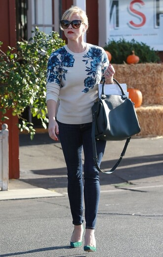 sweater reese witherspoon fall outfits streetstyle bag nude sweater printed sweater floral floral sweater black bag handbag jeans skinny jeans blue jeans sunglasses celebrity style celebrity pumps pointed toe pumps