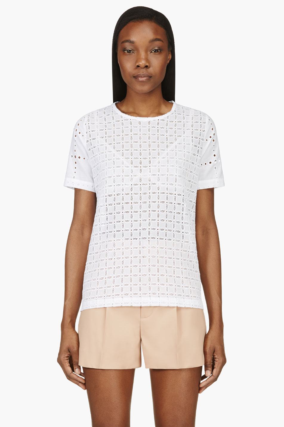 Shirt in an airy cotton weave with a collar, concealed buttons down the front and long sleeves with buttoned cuffs. Scalloped hem with broderie anglaise that is slightly shorter at the sides. Composition.