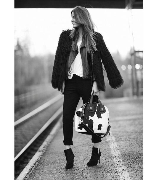 stylista blogger handbag animal print fuzzy coat faux fur jacket jacket t-shirt pants bag shoes