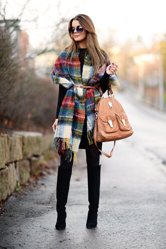 stylista blogger winter outfits round sunglasses leather bag blanket scarf black boots