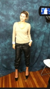 sweater,white,beige,v neck,boobsandloubs,pants,black leather,capri