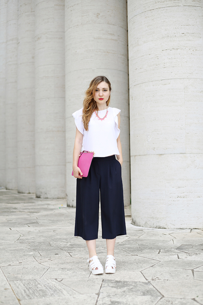 pants white shirt black pleated pants white sandals pink purse blogger