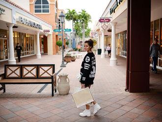 stylista blogger black sweater white shoes sweater shorts bag shoes sunglasses