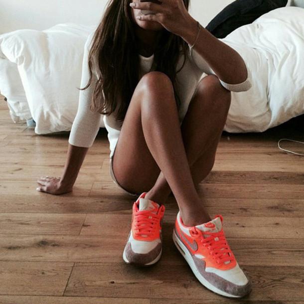 shoes air max orange grey/brown white t-shirt