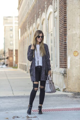 chicstreetstyle blogger cardigan t-shirt jeans bag fall outfits handbag black jeans ankle boots grey bag