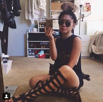 shoes t-shirt cute glasses knee high gladiator sandals black black gladiators
