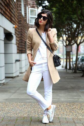 shoes sunglasses beige blazer white shirt white pants white sneakers converse black handbag blogger
