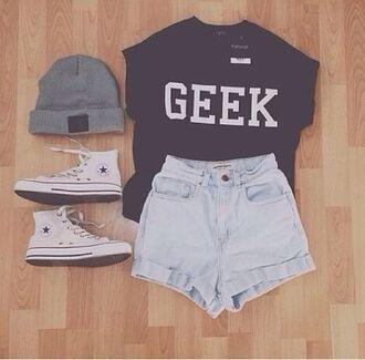 shorts t-shirt sneakers beanie