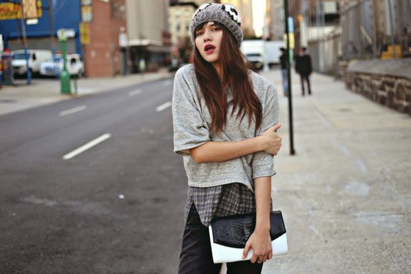 natalie off duty blogger jeans top knitted beanie clutch