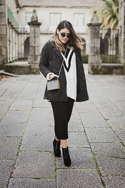 si las calles hablasen blogger white sweater mini bag grey coat charcoal cropped pants platform lace up boots