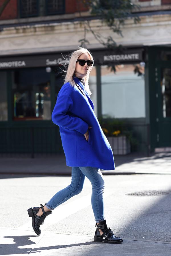 the fashion guitar blogger jeans bag sunglasses electric blue