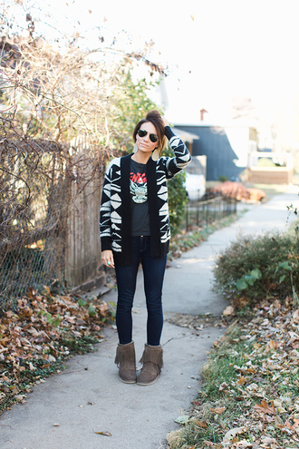 one little momma blogger sweater t-shirt jeans shoes sunglasses