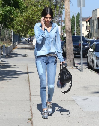 shirt kendall jenner celebrity style celebrity model off-duty denim shirt blue shirt belt denim jeans blue jeans bag black bag shoes silver shoes spring outfits