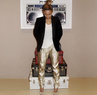 beyoncé harem pants style blazer beyonce fashion beyonce beyonce carter bun black heels pointed toe t-shirt dope