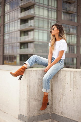 little black boots blogger jeans boyfriend jeans light blue jeans high waisted jeans round sunglasses cropped t-shirt white t-shirt casual ombre hair