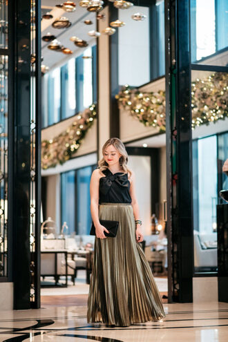 bows&sequins blogger top skirt shoes bag jewels make-up black top maxi skirt gold skirt clutch