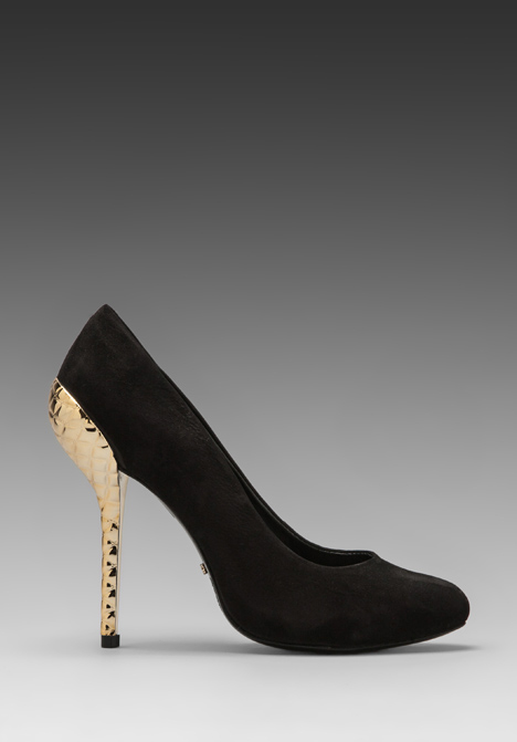 SCHUTZ Amaya Pump in Preto at Revolve Clothing - Free Shipping!