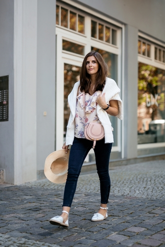 simple et chic blogger blouse jeans bag shoes sweater floral top floral blouse ruffled top ruffle skinny jeans blue jeans espadrilles white shoes flats flat sandals straw hat hat spring outfits chloe bag chloe pink bag crossbody bag cropped jeans