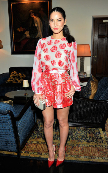shorts top blouse floral olivia munn red
