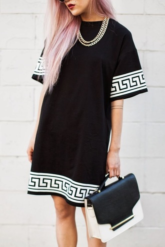 shirt black and white oversized oversized t-shirt gold chain gold necklace necklace gold jewelry