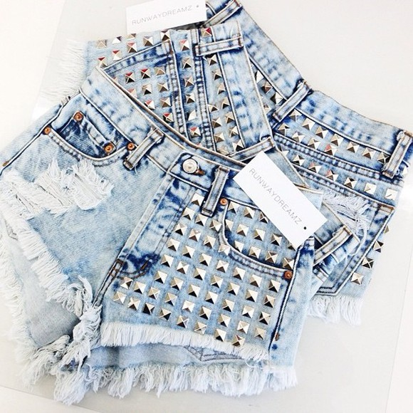 short nieten get this hotpens hotpens hot life shorts studded 902 acid wash dreamer summer outfits denim frayed runwaydreamz festival coachella mini # été # vacance hipster jeans blue