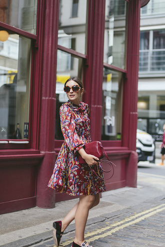 what olivia did... blogger dress sunglasses bag red bag printed dress fall outfits
