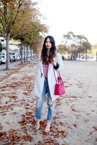la couleur du moment blogger jeans sandals ripped jeans cropped pants winter coat red bag