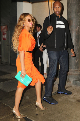 shoes pumps orange orange dress beyonce gold pumps clutch bag