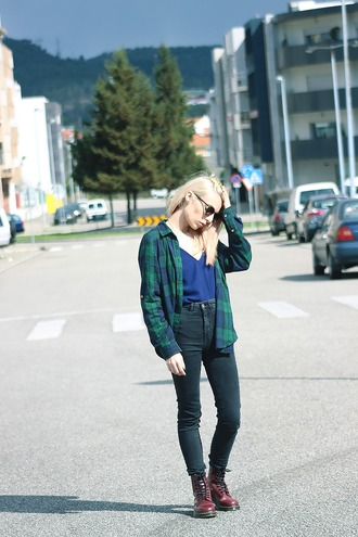 the black effect blogger flannel shirt high waisted jeans