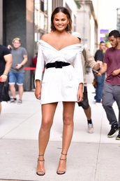 dress,belt,shirt dress,chrissy teigen,model off-duty,black and white,sandal heels,mini dress