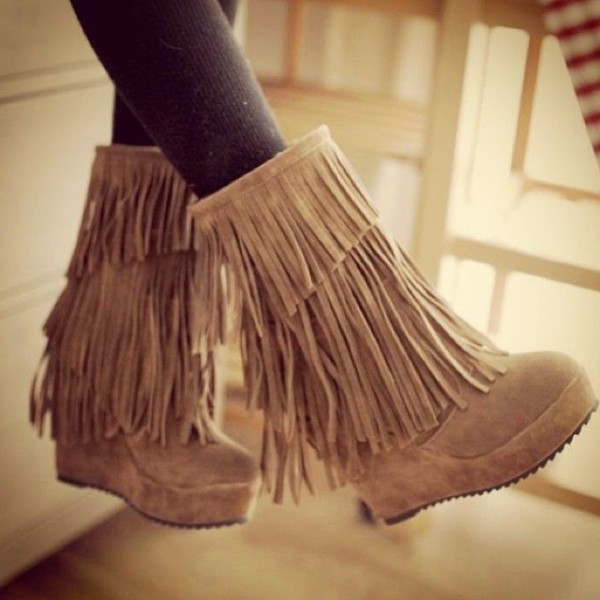 boots moccasin boots fringe shoes shoes tan fringes moccasinboots wedgeboots winter outfits fall outfits nude outfit cute girly