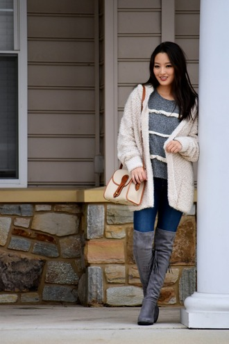 sensible stylista blogger white sweater grey top skinny jeans knee high boots suede boots shoulder bag fall outfits
