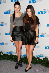 skirt,black skirt,skater skirt,leather,kylie jenner,kendall jenner,black