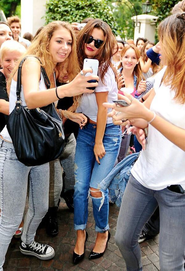 jeans selena gomez boyfriend jeans ripped t-shirt